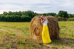 Красивая женщина около стога сена стоковое фото