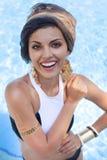 Красивая женщина около бассейна нося покрашенный тюрбан Стоковые Изображения RF