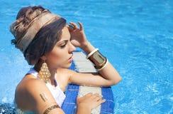 Красивая женщина около бассейна нося покрашенный тюрбан Стоковые Фотографии RF