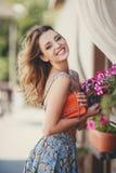 Красивая женщина около вазы с цветками Стоковая Фотография RF