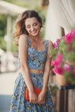 Красивая женщина около вазы с цветками Стоковые Фото