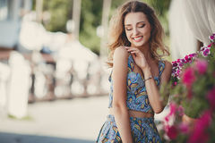 Красивая женщина около вазы с цветками Стоковое Изображение