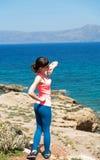 Красивая женщина около моря во время летних каникулов Стоковые Фотографии RF