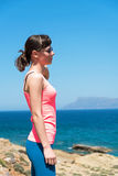 Красивая женщина около моря во время летних каникулов Стоковые Фото