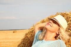 Красивая женщина около стога сена Стоковые Фото