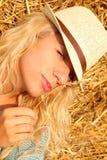 Красивая женщина около стога сена стоковое изображение rf