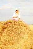 Красивая женщина около стога сена стоковая фотография