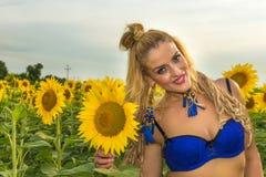 Красивая женщина окруженная солнцецветами Стоковая Фотография