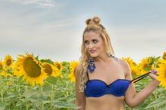 Красивая женщина окруженная солнцецветами Стоковое Изображение
