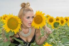 Красивая женщина окруженная солнцецветами Стоковые Фото