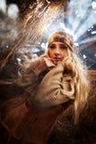 Красивая женщина ослабляя в соломе в закоптелой, пылевоздушной комнате Стоковое Изображение RF