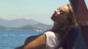 Красивая женщина ослабляя на парусном судне на ландшафте моря Молодая женщина наслаждаясь плавать на правлении корабля моря голуб сток-видео
