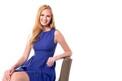 Красивая женщина ослабляя в стуле Стоковое Изображение RF