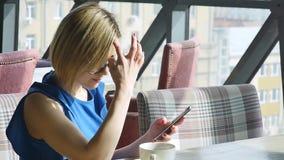 Красивая женщина отдыхая во время обеда, сидя в кафе Бизнес-ланч ( акции видеоматериалы