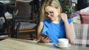 Красивая женщина отдыхая во время обеда, сидя в кафе Бизнес-ланч ( видеоматериал