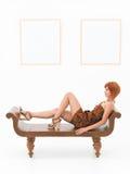 Красивая женщина отдыхая в художественной галерее Стоковое Изображение