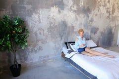 Красивая женщина отдыхая и говоря на телефоне, лежа на двойнике Стоковые Фото