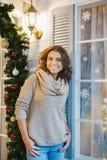 Красивая женщина одела в свитере и джинсах Стоковые Изображения
