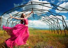 Красивая женщина перед старой металлической конструкцией Стоковое фото RF