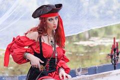 Красивая женщина пирата на маленькой лодке с шляпой пирата Стоковые Изображения