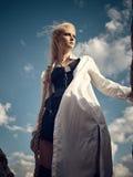 Красивая женщина пирата стоя на пляже Стоковое Изображение RF