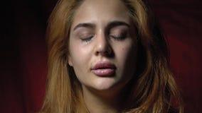 Красивая женщина плача и всхлипывая акции видеоматериалы