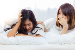 Красивая женщина плачет потому что симпатичная девушка получает разбитый сердце, стоковое фото rf