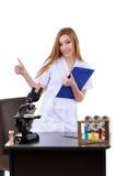 Красивая женщина показывая знаку одобренную науку лаборатории Стоковая Фотография