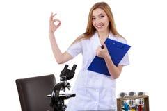 Красивая женщина показывая знаку одобренную науку лаборатории Стоковые Изображения