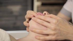 Женщина делает массаж видео