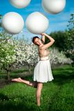 Красивая женщина потехи держа белые воздушные шары гелия стоковое изображение rf