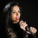 Красивая женщина поя с микрофоном Стоковое Изображение RF