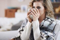 Красивая женщина под одеялом Стоковая Фотография RF
