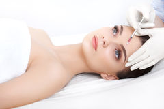 Красивая женщина получает впрыски cosmetology Сторона красотки стоковая фотография