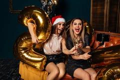 Красивая женщина празднуя рождество Стоковые Изображения