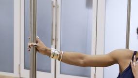 Красивая женщина практикует poledance в современной студии внутри помещения видеоматериал