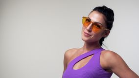 Красивая женщина представляя в bodysuit на студии акции видеоматериалы