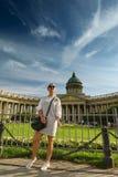 Красивая женщина представляя над собором Казани в Санкт-Петербурге стоковая фотография