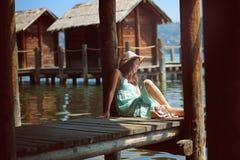 Красивая женщина представляя близко к водам Стоковые Фотографии RF
