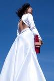 Красивая женщина представляя в элегантном белом платье атласа Стоковые Изображения