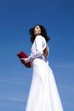 Красивая женщина представляя в элегантном белом платье Стоковое фото RF