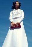 Красивая женщина представляя в элегантном белом платье Стоковое Фото