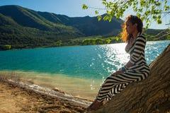 Красивая женщина представляя на стволе дерева Стоковое Фото