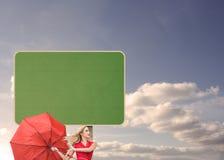 Красивая женщина представляя с сломленным зонтиком Стоковая Фотография RF