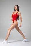 Красивая женщина пригонки делая протягивающ тренировки Стоковое Изображение