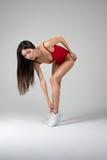 Красивая женщина пригонки делая протягивающ тренировки Стоковые Изображения