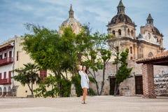 Красивая женщина принимая selfies на стены окружая колониальный город Cartagena de Indias стоковая фотография rf