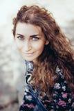 Красивая женщина при голубые глазы смотря в камеру Стоковая Фотография