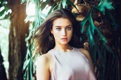 Красивая женщина при естественная сторона красоты представляя в зеленом тропическом лесе стоковые изображения