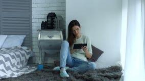 Красивая женщина при ПК таблетки ослабляя дома видеоматериал